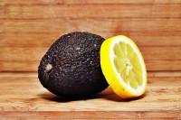 Avocado mit Zitrone